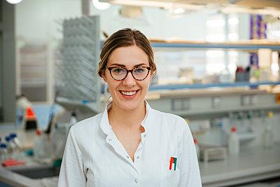 Portrait of smiling laboratory technician in lab - p300m1416481 by Zeljko Dangubic