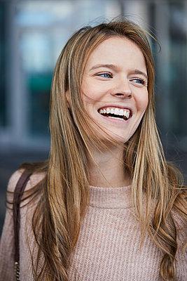 Portrait of laughing businesswoman - p300m1581463 von Philipp Nemenz