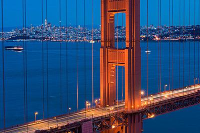 USA, California, San Francisco, Golden Gate Bridge and city at blue hour - p300m1581661 von Markus Kapferer