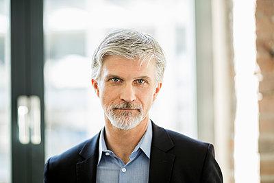 Portrait of a mature businessman - p300m1587432 von Jo Kirchherr