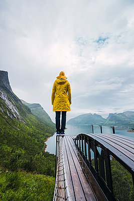 Norway, Senja island, rear view of man standing on an observation deck at the coast - p300m2042287 by Kike Arnaiz