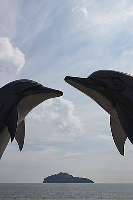 Thailand, Dolphin sculptures surrounding an island in Ao Manao Bay - p728m2230479 by Peter Nitsch
