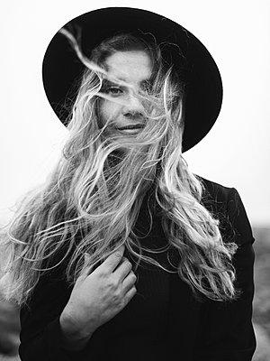 Junge Frau mit langen Haaren - p1507m2028552 von Emma Grann