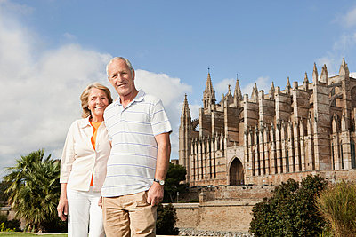 Senior couple smiling with Cathedral Santa Maria - p30020668f by Carlos Hernandez