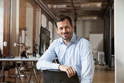 Portrait of smiling businessman in office - p300m1228230 by Rainer Berg