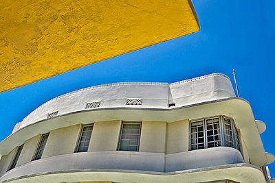 Retro Building under a Clear Sky - p555m1453172 by Spaces Images