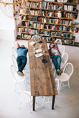 Two friends in a bookstore taking a break - p586m1007019 by Kniel Synnatzschke