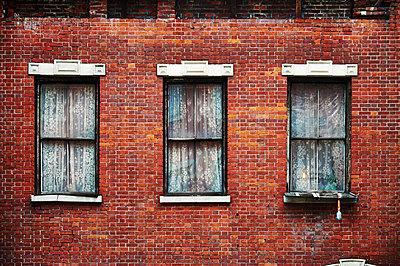 Brick row house with windows - p851m1116281 by Lohfink