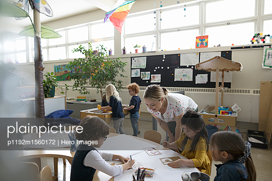 plainpicture - plainpicture p1192m1560172 - Preschool teacher and stude... - plainpicture/Hero Images