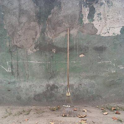 Rechen lehnt an Wand - p1401m2184897 von Jens Goldbeck