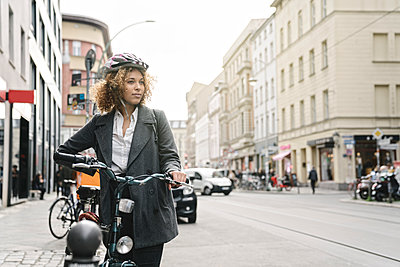 Woman with bicycle in the city, Berlin, Germany - p300m2143457 by Hernandez and Sorokina