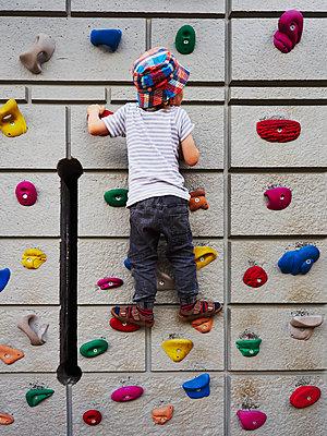 Junge an der Kletterwand - p358m1516341 von Frank Muckenheim