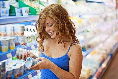 Young woman in a supermarket - p586m698308 by Kniel Synnatzschke