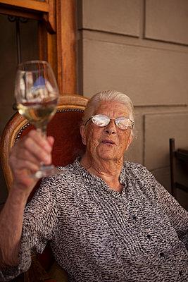 Oma prostet mit Weißwein zu - p045m1444952 von Jasmin Sander