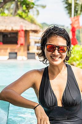 woman enjoying the pool at the tropical island of Koh Phangan - p1166m2269614 by Cavan Images