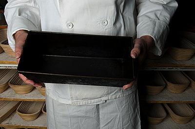 Bäcker mit Brotform in der Hand - p1311m1143988 von Stefanie Lange