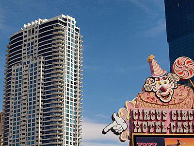 Clown auf dem Dach - p1320565 von Peer Hanslik