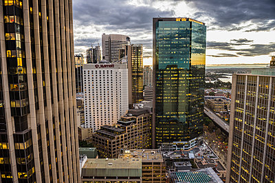 Australia, New South Wales, Sydney, Cental Business district in the evening - p300m2081228 by Michael Runkel