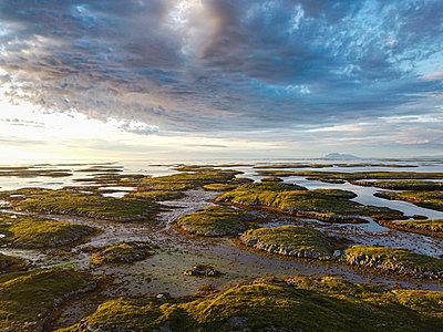 Aerial of the rugged coastline of the Unesco world heritage site at sunset, the Vega Archipelago, Norway - p300m2277430 von Michael Runkel