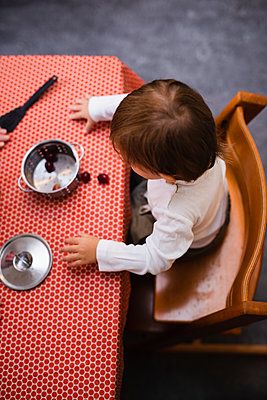 Toddler playing in kitchen - p312m2091774 by Anna Johnsson