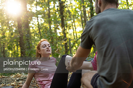 Young couple exercising on dirt track in forest - p623m2294856 by Frederic Cirou
