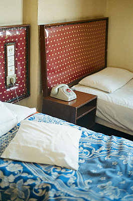 Innenansicht eines Hotelzimmers in Alexandria tagsueber. Mir ist einsam, darum mache ich Fotos vom Telefon. - p627m1035610 von Kerstin Parlow