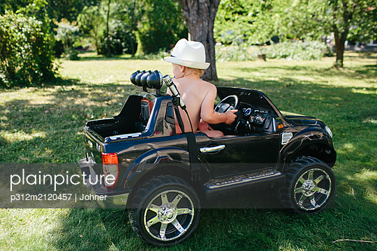 Toddler in ride-in car - p312m2120457 by Johner