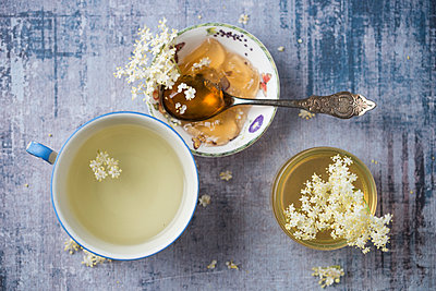 Elderflower tea, elderflower sirup and elderflower jelly - p300m2024049 by Mandy Reschke