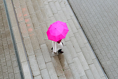 Woman with pink umbrella on the stairs - p300m2170887 by Katharina und Ekaterina