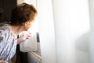 elderly woman with hearing problems using technology at home, Madrid / Spain - p300m2300038 von Jose Carlos Ichiro