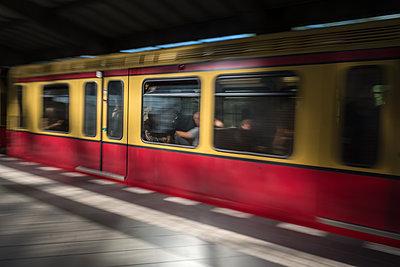 Menschen im Berufsverkehr in der S-Bahn - p739m1463394 von Baertels