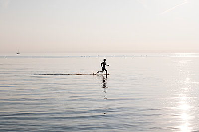 Junger Mann im Wasser - p1212m1178660 von harry + lidy