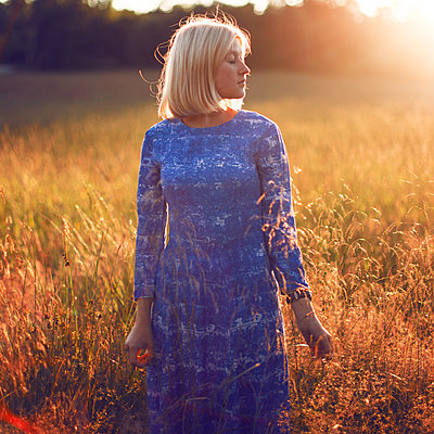Summer girl - p1507m2027744 by Emma Grann