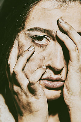 Close-up of frightened woman  - p1540m2141258 by Marie Tercafs