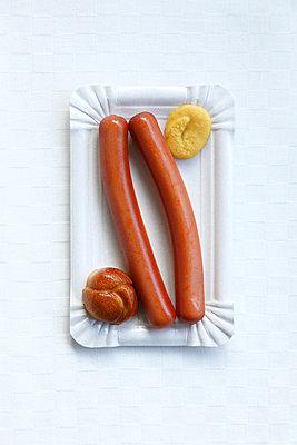 Wienerle mit Senf - p249m1055184 von Ute Mans