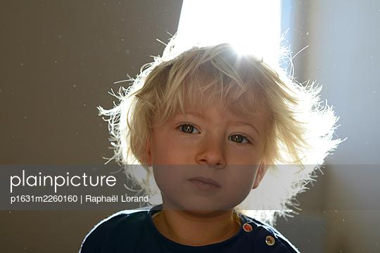 Little boy dreaming - p1631m2260160 by Raphaël Lorand