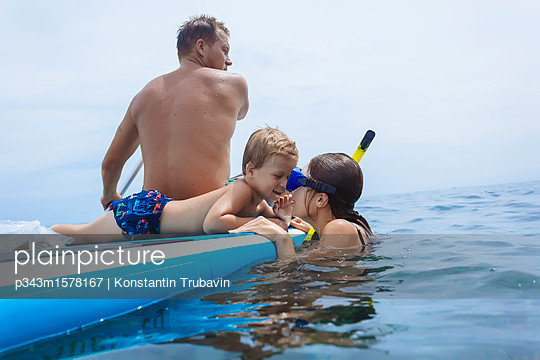 plainpicture - plainpicture p343m1578167 - Family on sup surfboard in ... - plainpicture/Aurora Photos/Konstantin Trubavin