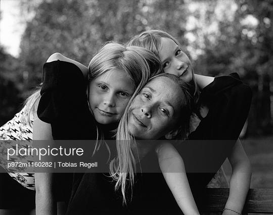 Mutter und zwei Kinder - p972m1160282 von Tobias Regell
