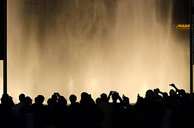 UAE, Dubai, The Dubai Fountain Sound and Light Show outside Dubai Mall and Burj Khalifa - p651m860951 by Alan Copson