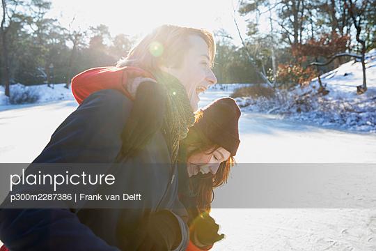 Netherlands, Vught, Vughtse Hei, ginger girl and boyfriend iceskating - p300m2287386 von Frank van Delft