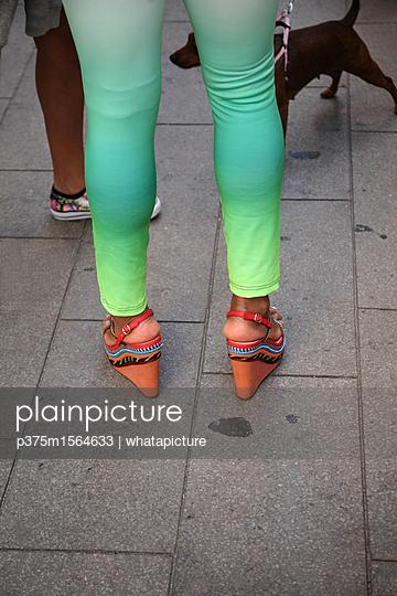 Frau trägt Leggins mit Wedge Heels - p375m1564633 von whatapicture