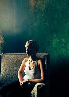 Junge Frau im Sessel sitzend - p1325m1223117 von Antje Solveig