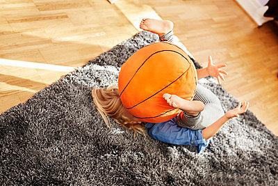 Kind mit Ball - p1348m2206329 von HANDKE + NEU