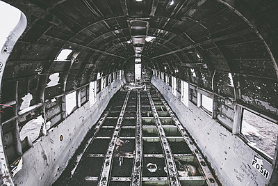 Im Inneren des Flugzeugwracks - p1512m2037960 von Katrin Frohns