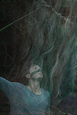 Junger Mann im Wald - p1650m2230527 von Hanna Sachau
