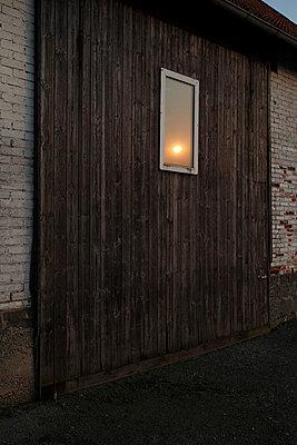 Spiegelung eines Sonnenuntergangs in einem Fenster - p9790863 von Dott