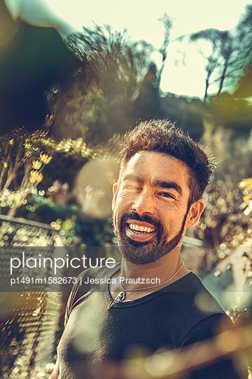 Lächelnder asiatischer Mann Portrait - p1491m1582673 von Jessica Prautzsch
