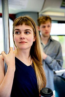 Junge Frau in Bahn - p1212m1138848 von harry + lidy