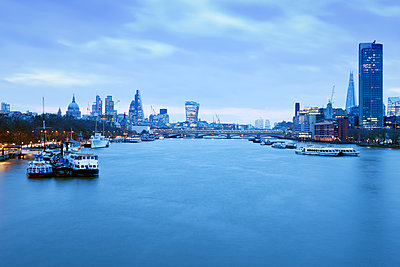 UK, London, skyline with River Thames at dawn - p300m1355956 by Biederbick&Rumpf