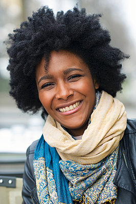 Smiling Black woman wearing scarves - p555m1409406 by Shestock